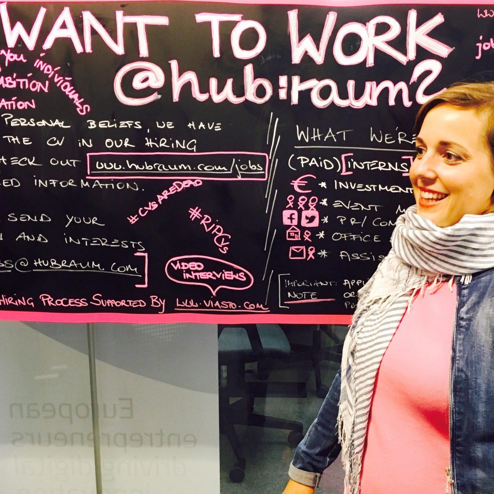 Anna Ott an ihrem Arbeitsplatz im hub:raum