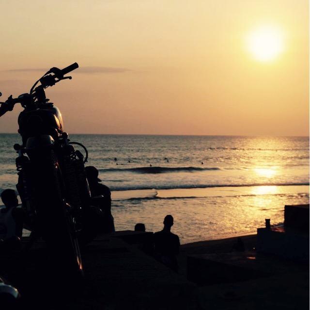 Sonnenuntergang mit Motorrad