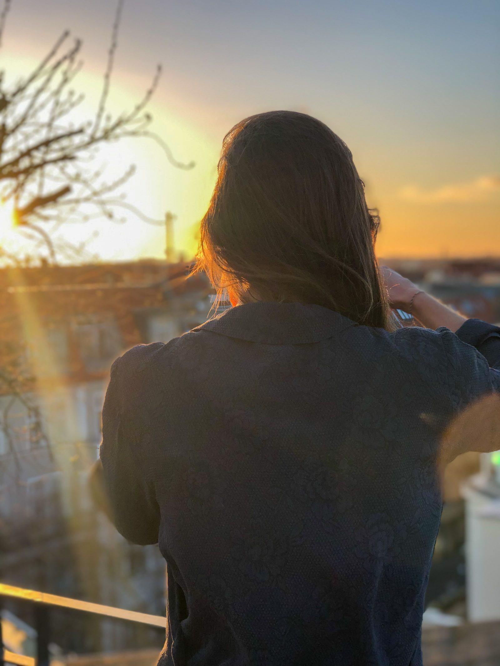 Lucy Martens fotografiert den Sonnenuntergang auf der Terrasse von Peter Raue