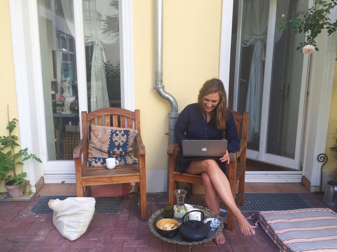 Levke Anna Leiss auf ihrer Terrasse