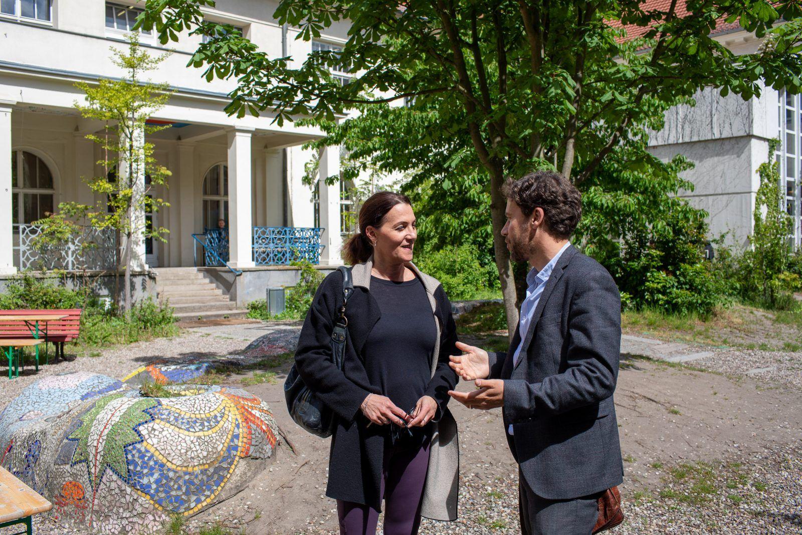 Philip Elsen im Gespräch mit einer Kollegin
