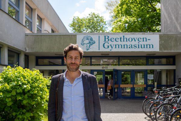 Philip Elsen vor seinem Beethoven-Gymnasium